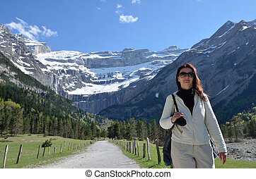 Hiker walking to the cirque of Gavarnie - A woman goes in...