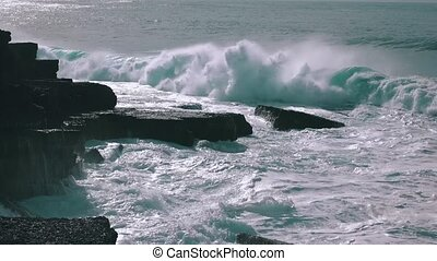 Ocean Waves Breaking on Rock Ericeira, synny weather