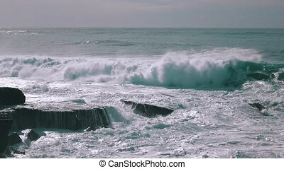 Ocean Waves Breaking on Rock, synny weather