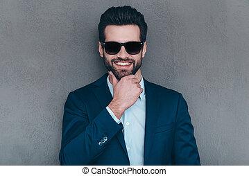 perfecto, Mirar, Mantener, gafas de sol, gris, joven, contra, posición, alegre, primer plano, SR, cámara, barbilla, Plano de fondo, hombre, sonrisa, mano, sonrisa, mientras, guapo
