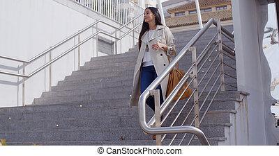 elegante, mujer, ambulante, Abajo, Un, vuelo, de, stairs, ,