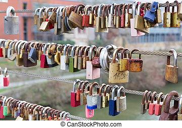 miłość, kłódki, Wisząc, z, Reling, Na, Most,