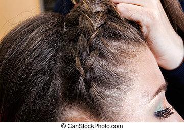 weaving braids a brunette - weaving braids brunette in a...