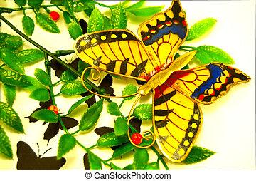 Un papillon en or. - Un papillon en or et de couleur sur du...