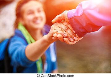 excursionista, mujer, ayuda, obteniendo