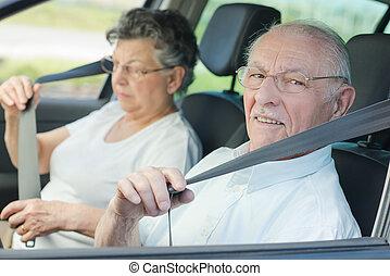 anciano, pareja, poniendo, asiento, cinturón,