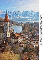 panorama, di, Thun, chiesa, e, città, con, alpi, e,...