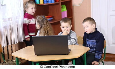 children look into the computer