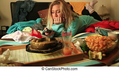 woman eating and waching tv - Portrait of a woman in...