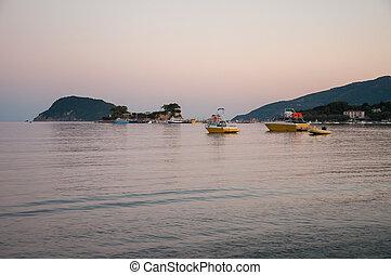 Camafeu, ilha, e, Agios, Sostis, porto, em, anoitecer,