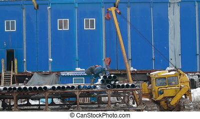 Unloading of drill pipes by workers