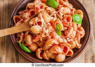 lumaconi pasta with tomato sauce an