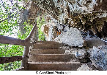 Tam Pra cave in Thakhak Lao