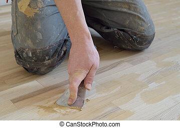 Carpet fitter gets putty. - Work puttied old oak parquet...