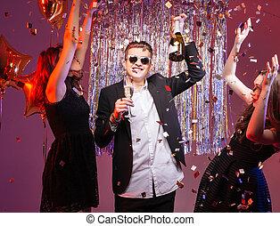 Feliz, atraente, amigos, celebrando, e, Dançar, com,...