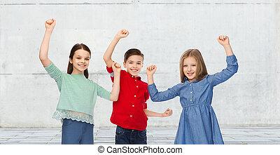 feliz, niño, y, niñas, Celebrar, victoria,