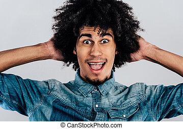 posición, puro, joven, contra, gris, Mirar, mientras, cámara, alegría, Plano de fondo, africano, retrato, sonrisa, guapo, hombre