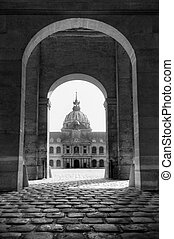 Invalides gate BW - The golden dome of Les Invalides seen...