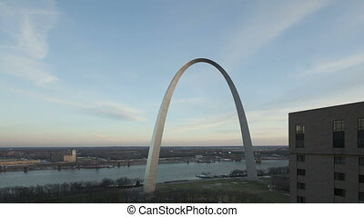 4K Time lapse Gateway Arch St. Louis zoom in aerial view -...