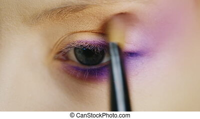 Beautiful blue eyes woman - Impose makeup in the eye area