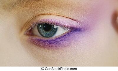 Impose makeup on eyes