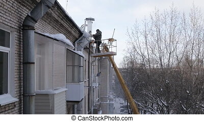 Removing ice dams from roof