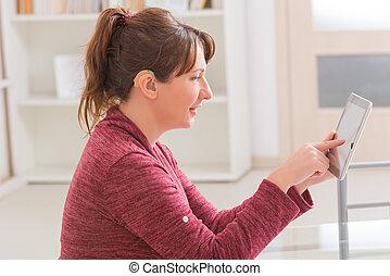 Utilizar, mujer, sordo, tableta
