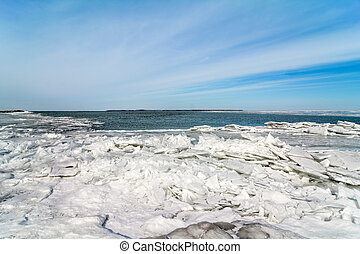 Winter Lake Erie - The icy and cold shore of Lake Erie In...