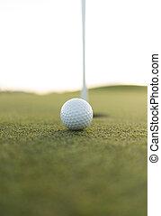 golf, balle, fin, à, tasse, trou,