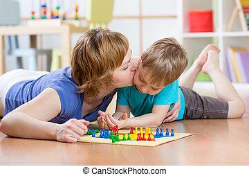 familia, niño, y, mamá, juego, tabla, juego,...