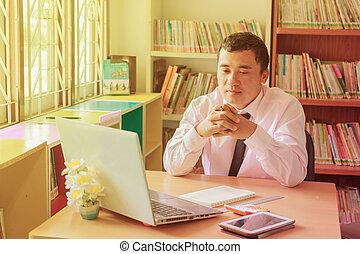監控, 工作, 葡萄酒, 辦公室, 年輕, 看, 電腦, 光, 雇員, 在期間, 軟, 天