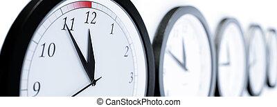 Uhren kurz vor zwouml;lf - Illustration for time concepts...