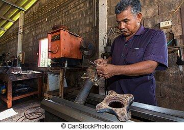Mechanic turner working
