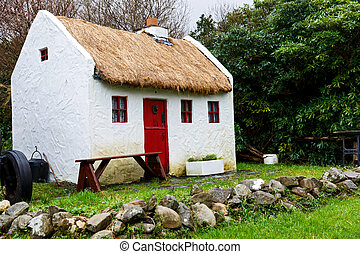 Straw roofed cottage - Photo of a straw roofed rural cottage