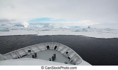 Nose icebreaker and Antarctic seas Ice and small icebergs...