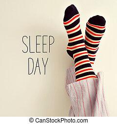 el, Pies, de, Un, hombre, en, pijama, y, texto,...