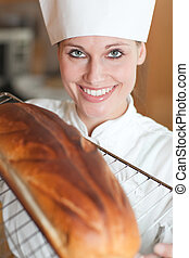 sorrindo, femininas, cozinheiro, assando, pão