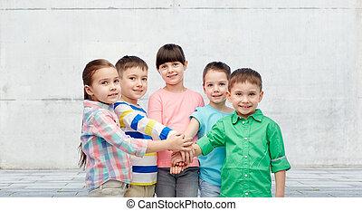 feliz, poco, niños, tenencia, Manos, en, calle,