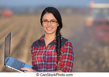 Woman with laptop in the field - Young woman agronomist...
