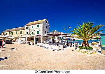 Waterfront promenade og Town Primosten in Dalmatia, Croatia