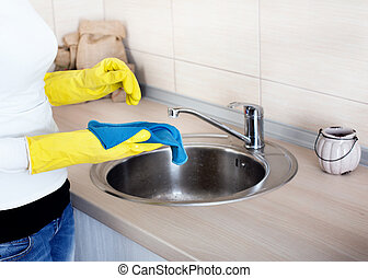 Cleaning kitchen countertop