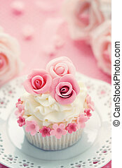 Wedding cupcake - Cupcake decorated with pink sugar roses
