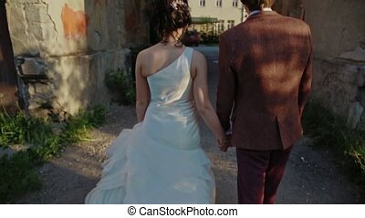 The couple goes to the archway on the street