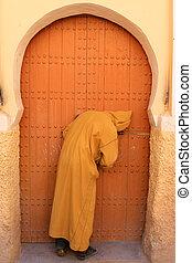 homme, ouverture, porte, dans, Rissani,