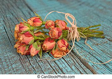 orange rose bouquet on wood - Orange rose bouquet with...