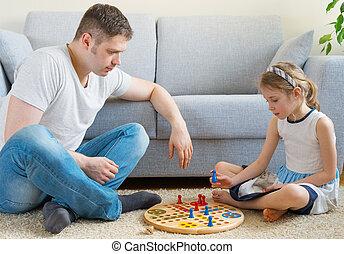 poco, niña, y, ella, padre, juego, ludo.,