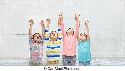 feliz, niños, Celebrar, victoria, en, calle,