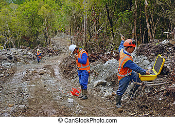 seismic reflective survey - Men preparing to set off an...