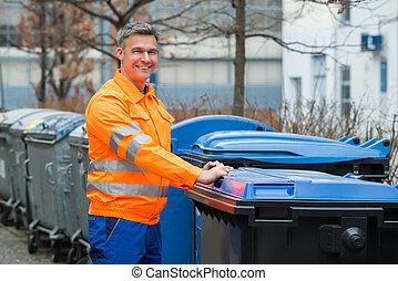 trabalhando, homem, ficar, perto, dustbin, ligado, rua,