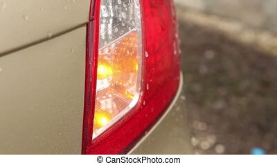light indicator blinks at the back of the vehicle headlight